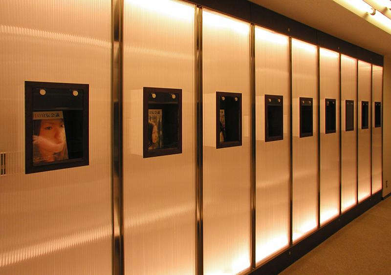 オフィス移転工事 福岡県福岡市中央区大名の事例エントランス照明壁の中に浮かぶショウケース