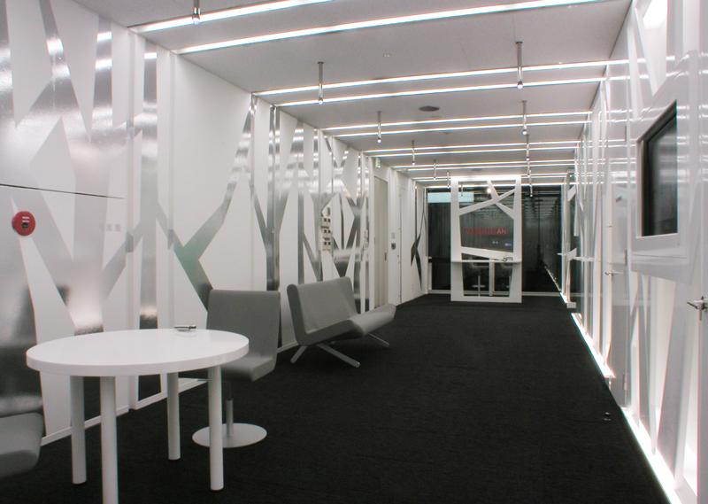 エントランスホール樹形シート側を眺める オフィスデザイン オフィス移転工事 東京都港区北青山の事例
