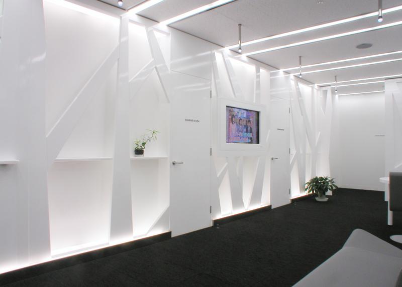 エントランスホールセミナー室前の壁面 オフィスデザイン オフィス移転工事 東京都港区北青山の事例