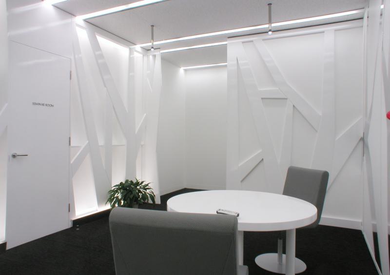 エントランスホールから事務室入口への眺め オフィスデザイン オフィス移転工事 東京都港区北青山の事例