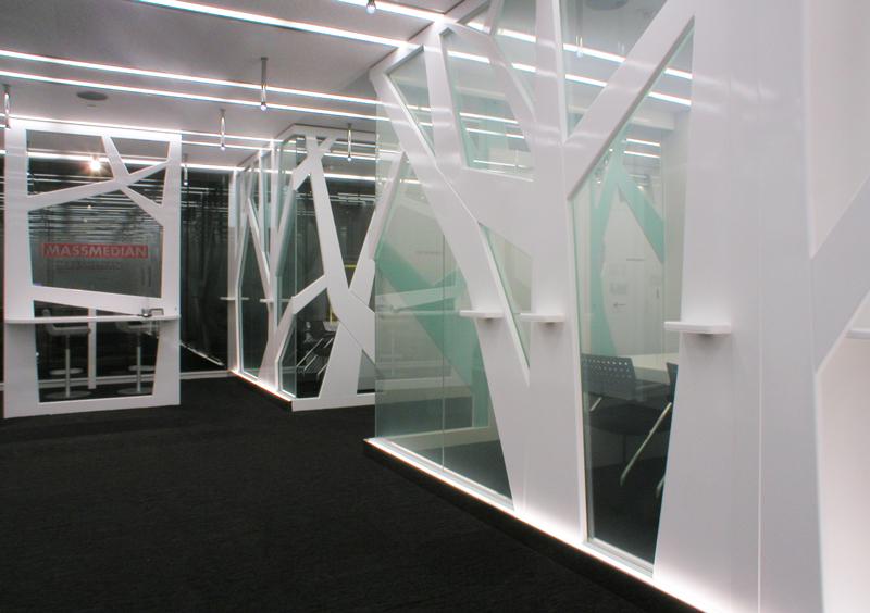 エントランスホールと受付パネル近景 オフィスデザイン オフィス移転工事 東京都港区北青山の事例