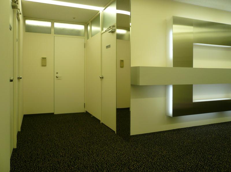 エントランスホールから応接室を眺める 東京都品川区 東京日産西五反田ビルの事例 エントランス改装の事例