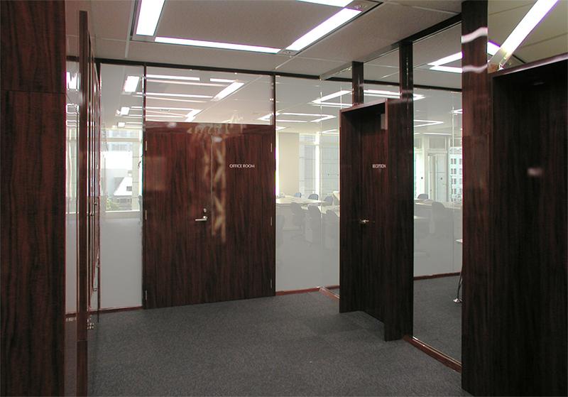 エントランスホールから事務室側の眺め デザインオフィス事例