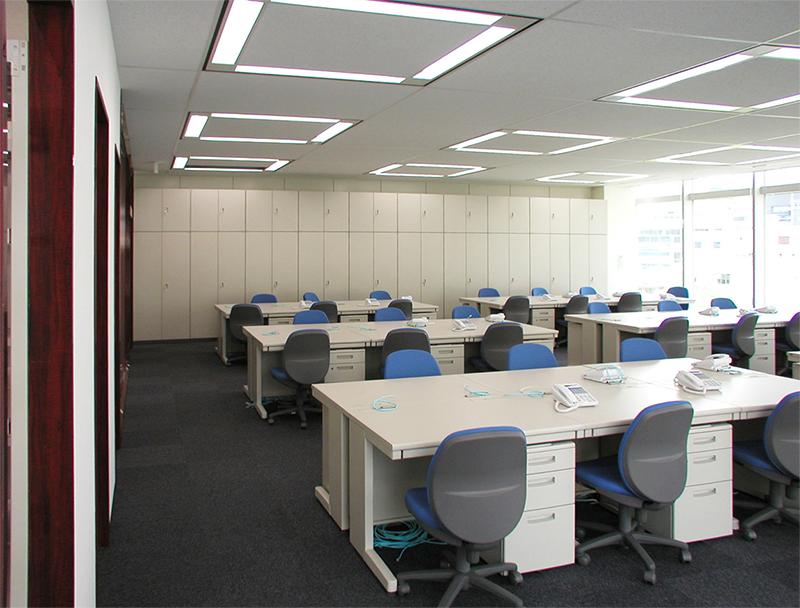 倉庫スペース側から事務室の眺め デザインオフィス事例