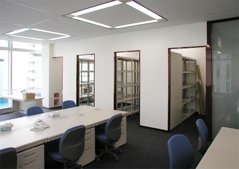 事務室から倉庫スペースの眺め デザインオフィス事例