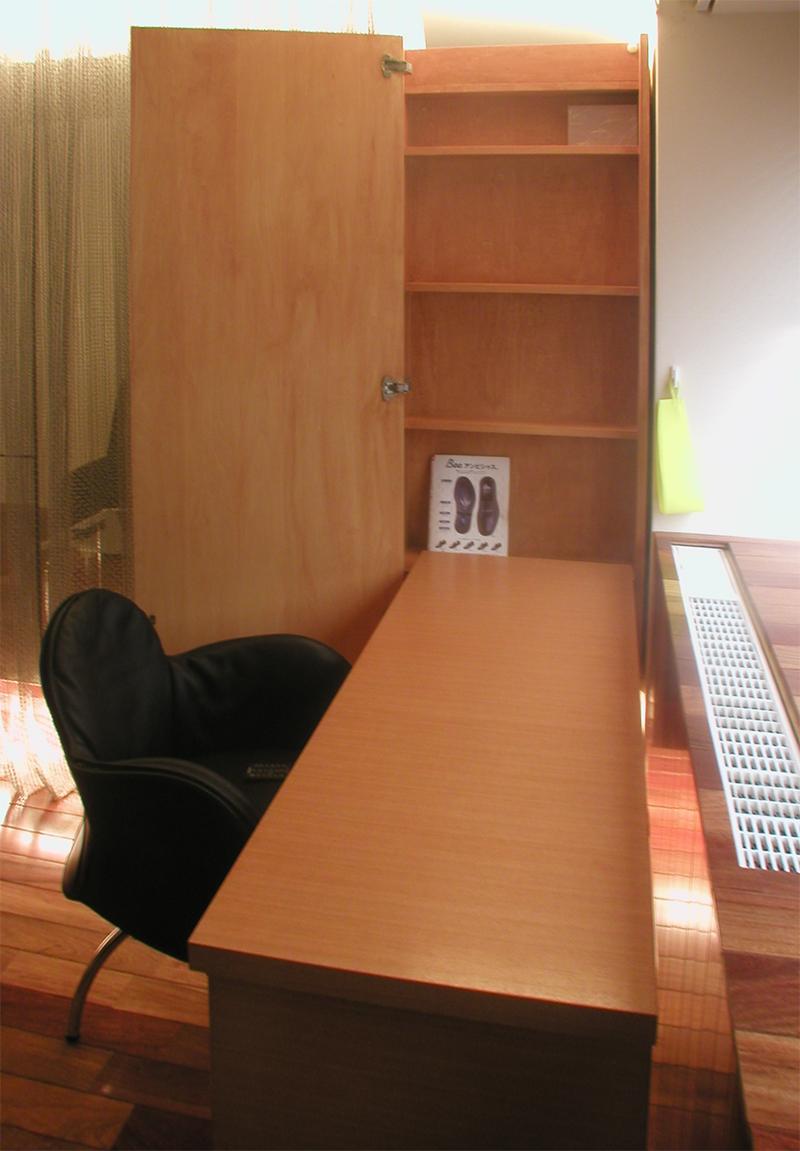 多機能家具から机を出した状態