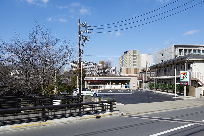 ロードサイド店舗 土地活用事例 セブンイレブン石神井川にかかる橋から店舗への眺め