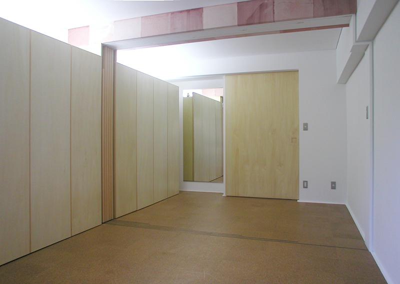 バルコニーから玄関側を見通す キッチンと居室の間の扉を閉めた状態