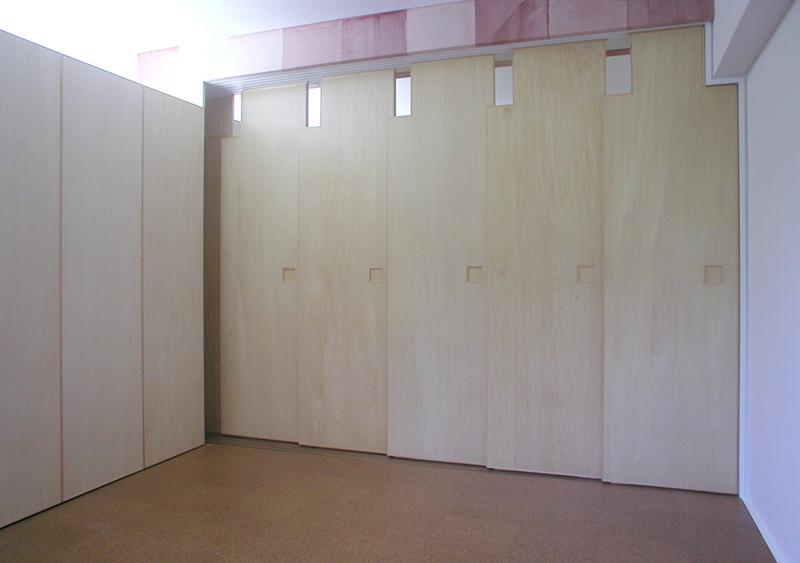 バルコニーから玄関側を見通す 居室の間の扉を閉めた状態