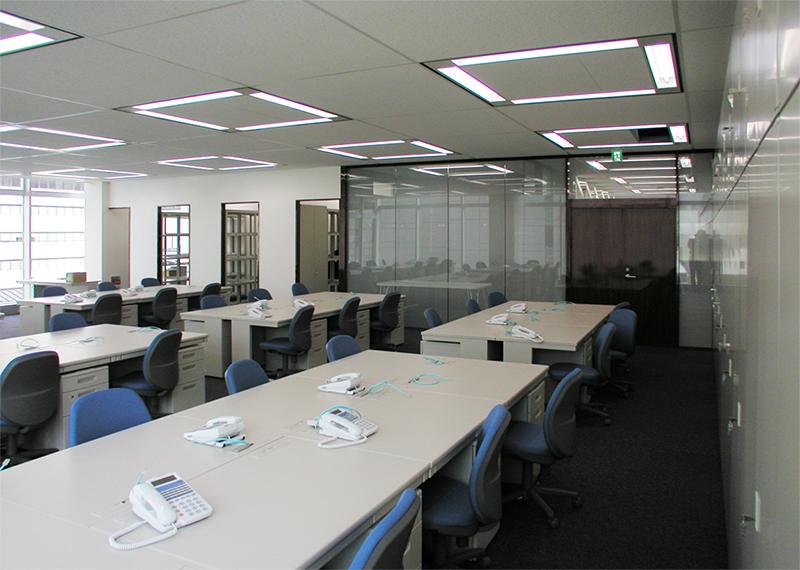 窓辺から事務室を通してエントランスホールへの眺め デザインオフィス事例