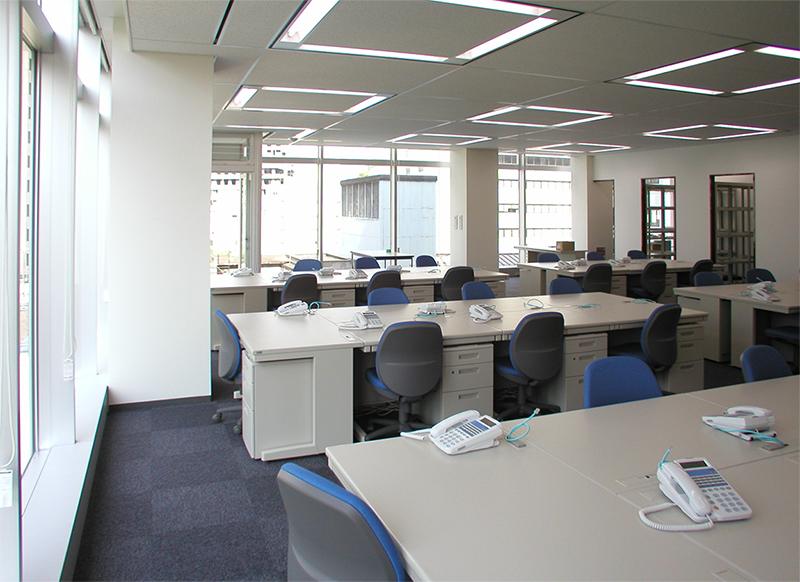 窓辺からワークスペースの眺め デザインオフィス事例