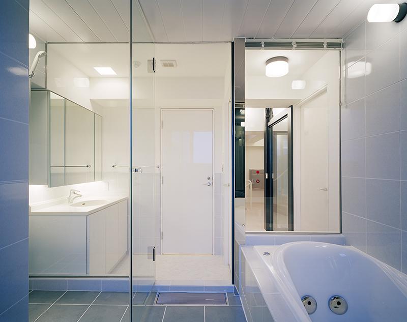 住宅内装デザイン事例 バスルーム浴室 マンション スケルトン内装デザイン実例バスルームから光庭を経て階段までの見通し