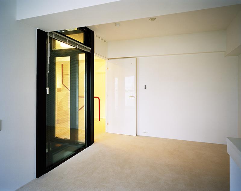 光庭を内包した子供室 子供室には夏季換気のための光庭の欄間部開口の他に、居室建具上部にホイトコを設けています。ホイトコとは、建具金物の一種で欄間が開くようになっています。 窓を閉めて、扉も閉めていても子供室と階段室の空気環境を一体的にして通風を確保で来るようにするために設計しています。