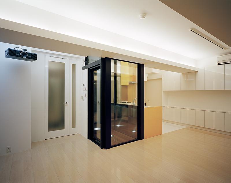 住宅内装デザイン事例 リビング マンション内装リフォーム実例リビングから光庭越しのキッチンの眺める