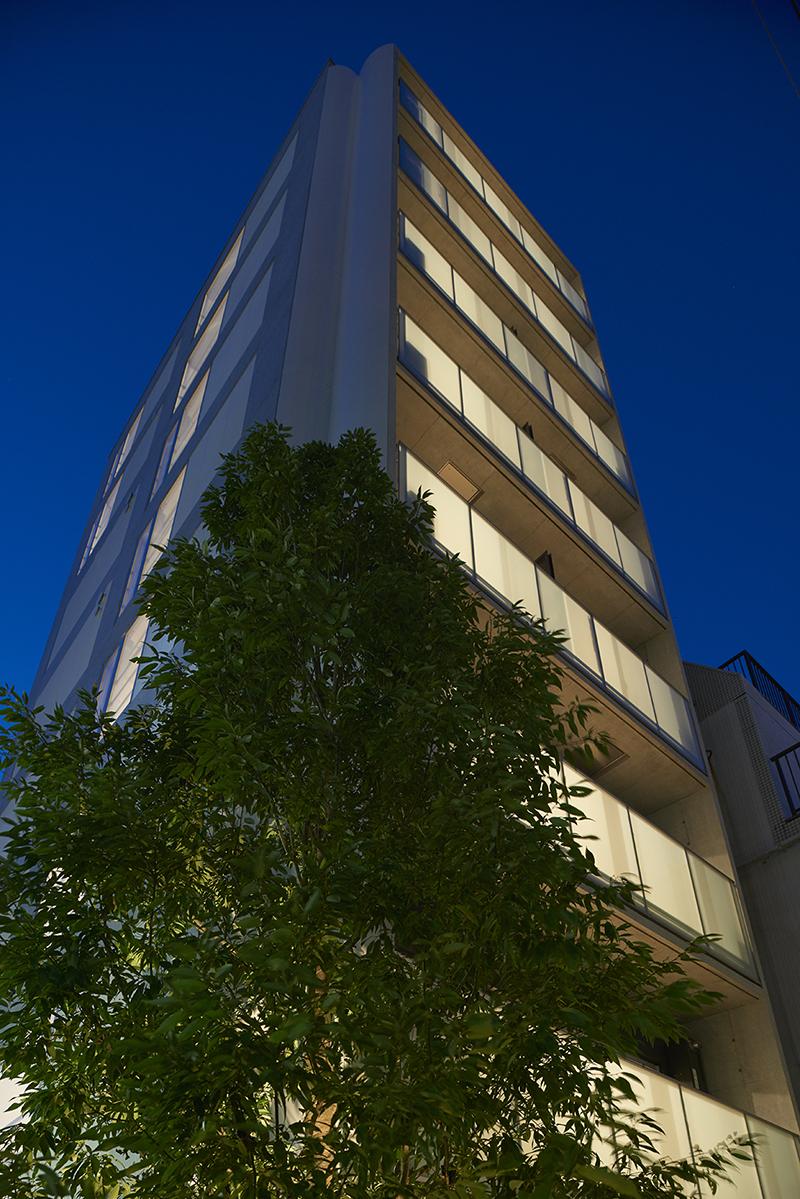 賃貸併用住宅 自宅兼賃貸マンション建替え事例商業地で大きな樹木を植える