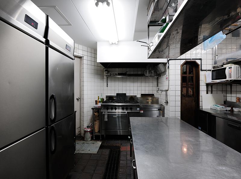 レストラン厨房 既存厨房はフランス料理でしたので、厨房設備の大きな変更点としてはイタリアンレストラン厨房としてパスタ釜を新設した点です。 厨房排水グリーストラップ設備と内装天井以外は洗浄して再利用しています。パスタ釜はお湯の排水が必要な為、耐熱配管を新設しています。 既存設備で出店するにあたり法令上の問題点として、厨房換気風量の拡大、火気使用室として内装不燃化、ダクトの耐火化を改修致しました。