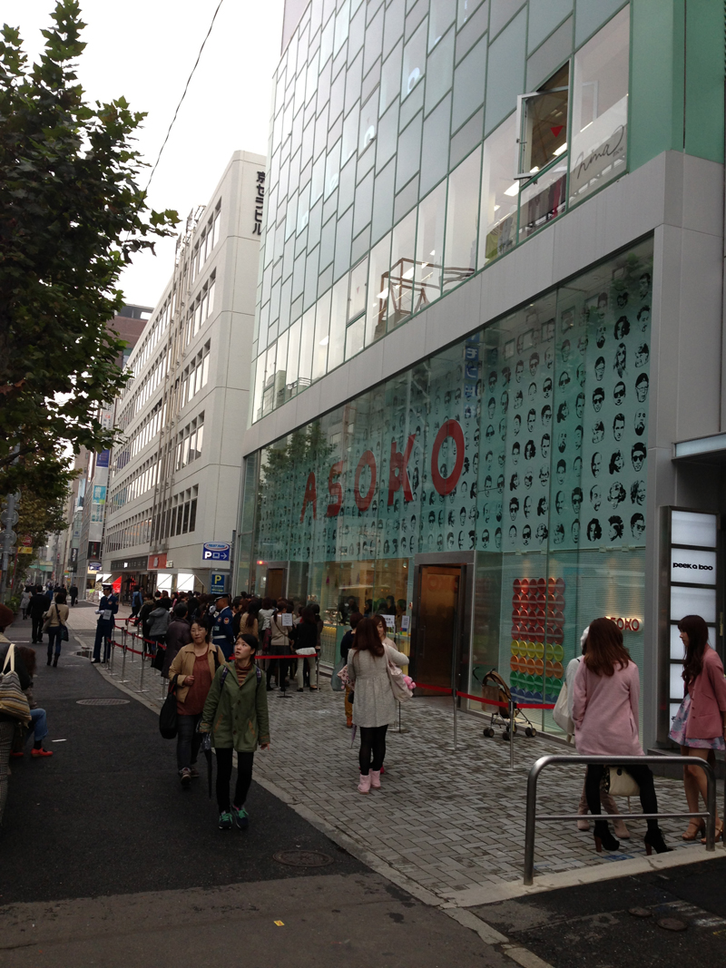 ASOKO 原宿店 大盛況 行列です。