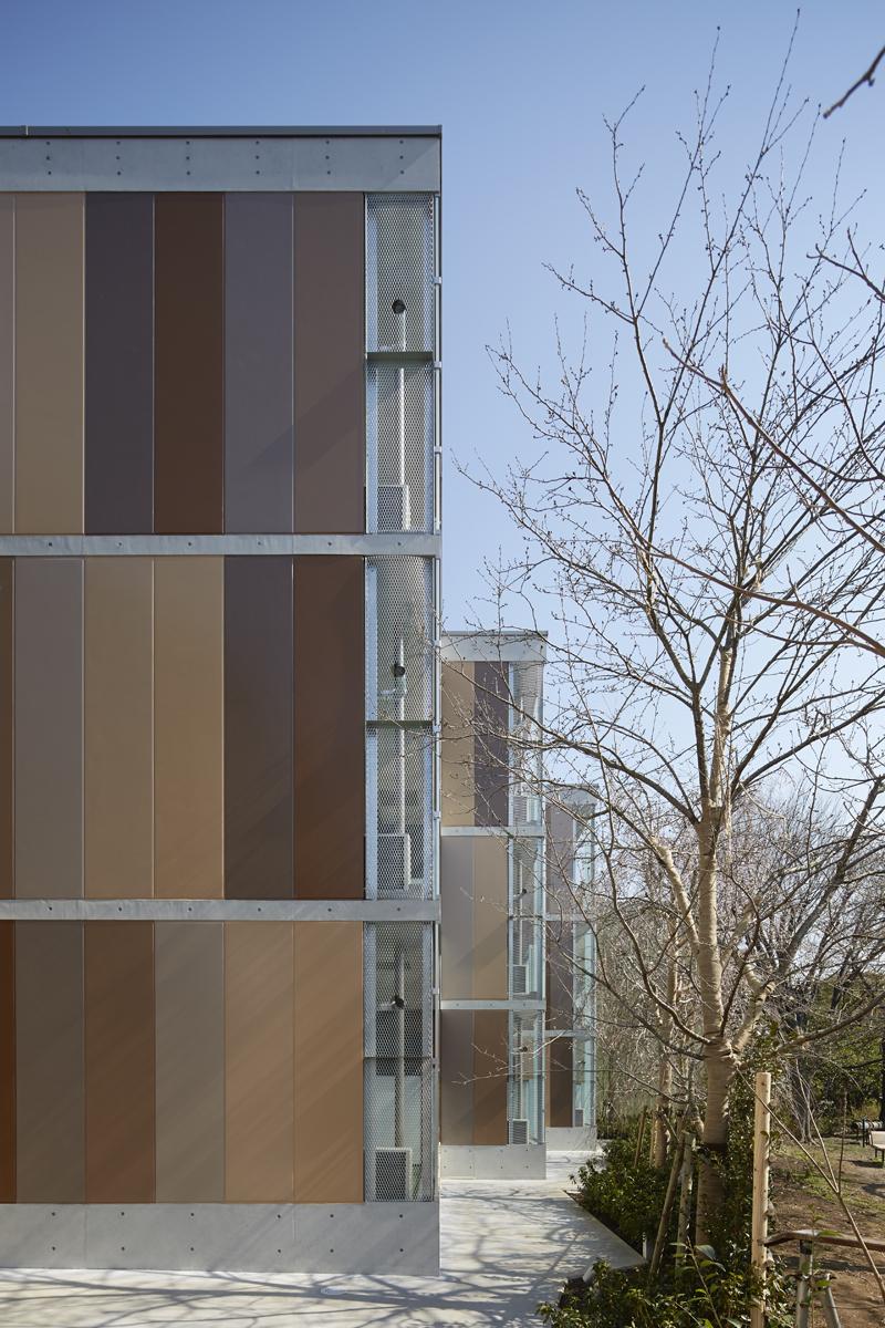 ALCパネルとコンクリートスラブの構成 景観法に基づく板橋区景観計画で景観デザインガイドラインに色彩についても細かくマンセル表記で使っていい色彩が数値指定されています。 白・黒などの無彩色や彩度の高い色低い色は外壁に使用することが出来ません。 指定された色域でさらに規制があります。 外壁に1/5の面積内で使うことが出来る強調色、と4/5を占める基本色の考えがあり、より中間的な色合いが全面を占めるよう規制されています。 その厳しい色規制の中でマンセル色を実際の施工に使用できる日本塗料工業会のカラーチャートに照らし合わせて、使うことが出来る色となると本当に限られたものになります。 その中でALCパネルを10色に色分けしてグラデーションパターンに出来ないか検討しています。