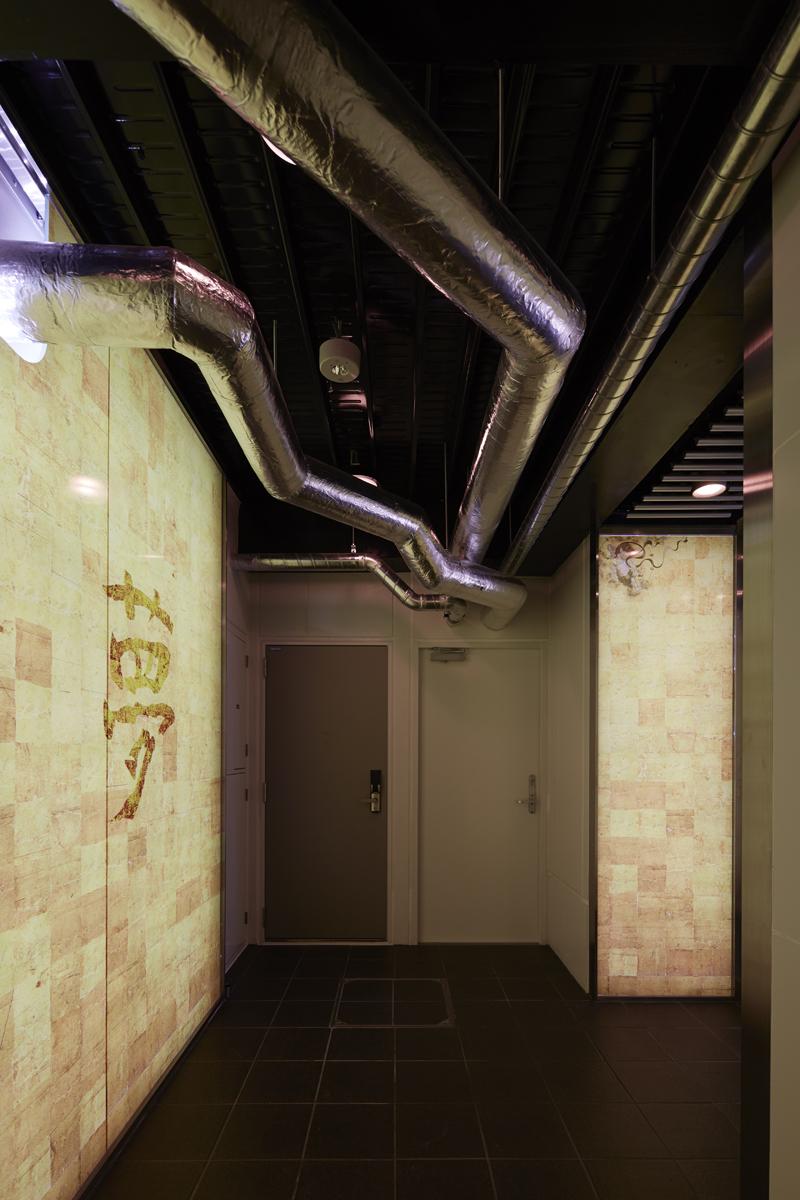 一階エントランス前のダクトレイアウト 非常照明 感知器 天井照明をかわしながらダクトレイアウトをしています。 また、各住戸から防火区画から出るダクト部分は壁がALC壁となっています。 ALC壁は内部の鉄筋が入っている位置とパネル幅が600mmと決まっているので、このルールではパネル1枚当たりダクトは一つしか開けられませんし、開ける位置は、中央と決まってきます。 室内のALCパネルの場合、純ラーメン構造の鉄骨造なので、層間変位を考慮する必要がありますが、雨水による雨漏りを考慮する必要がありません。