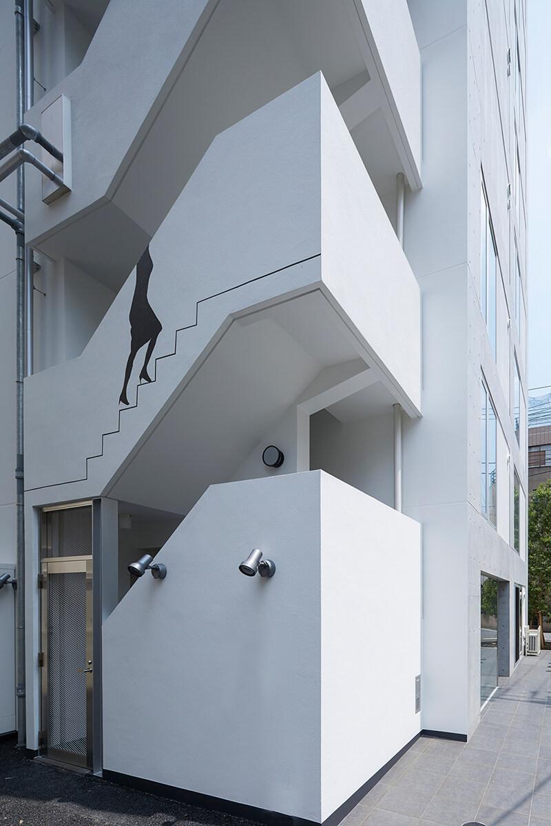 屋外避難階段の見上げ 賃貸併用住宅 自宅兼賃貸マンション建替え事例 デザイナーズマンション