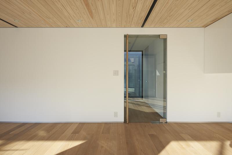 コンクリート打ちっぱなしの家 通風を視覚的に意識したガラスドア