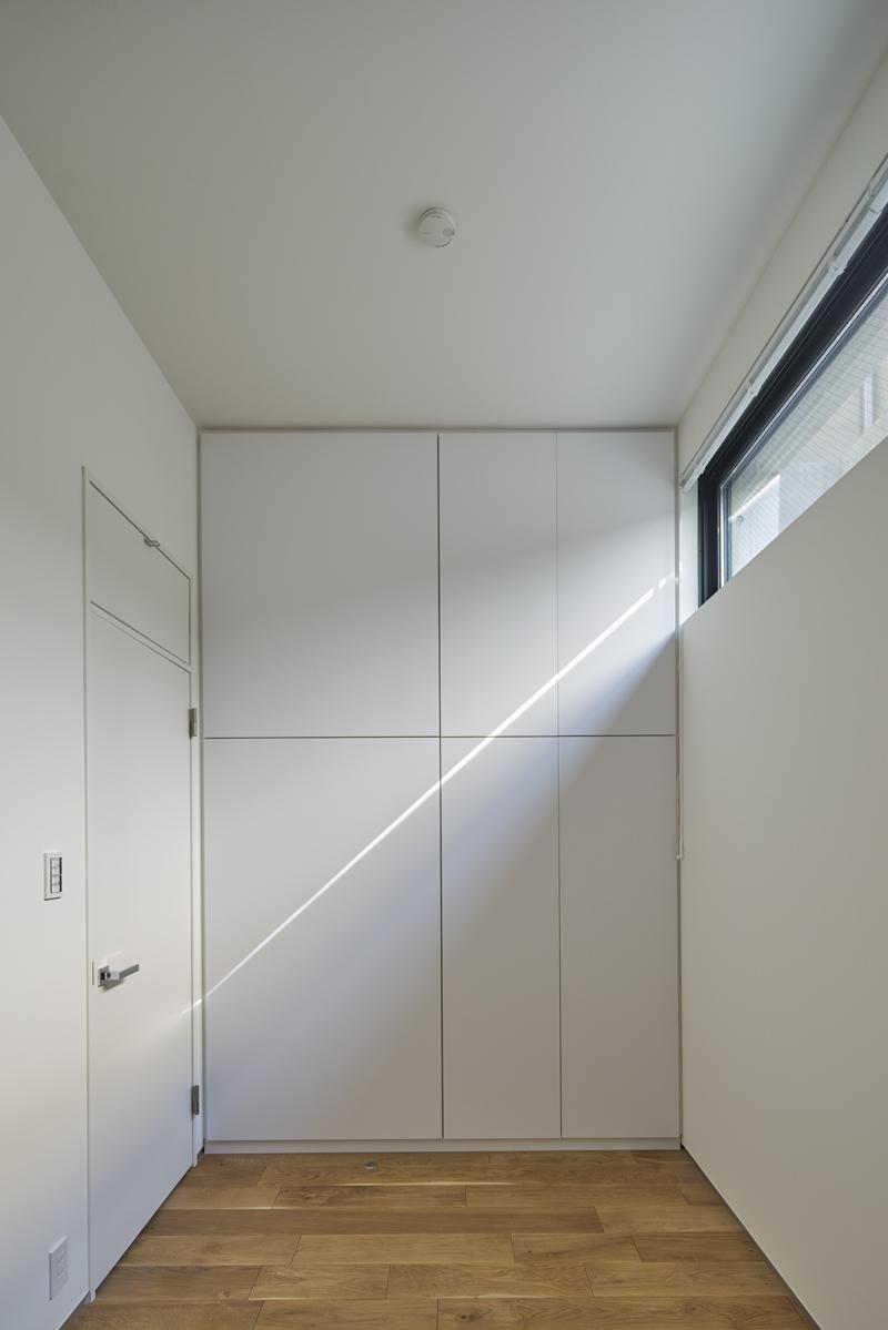 光が入る地階の子供室