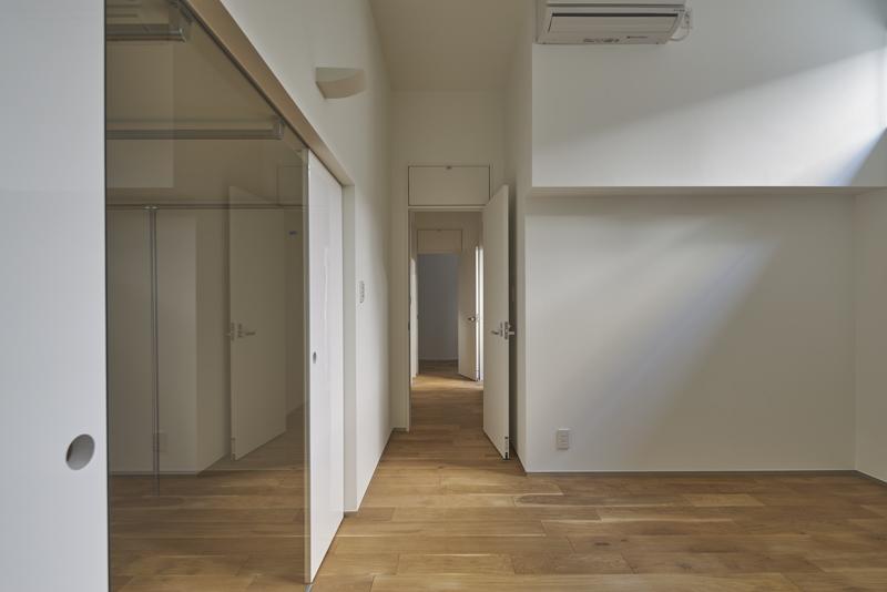 自然光が照らす地階主寝室から廊下子供室への見通し