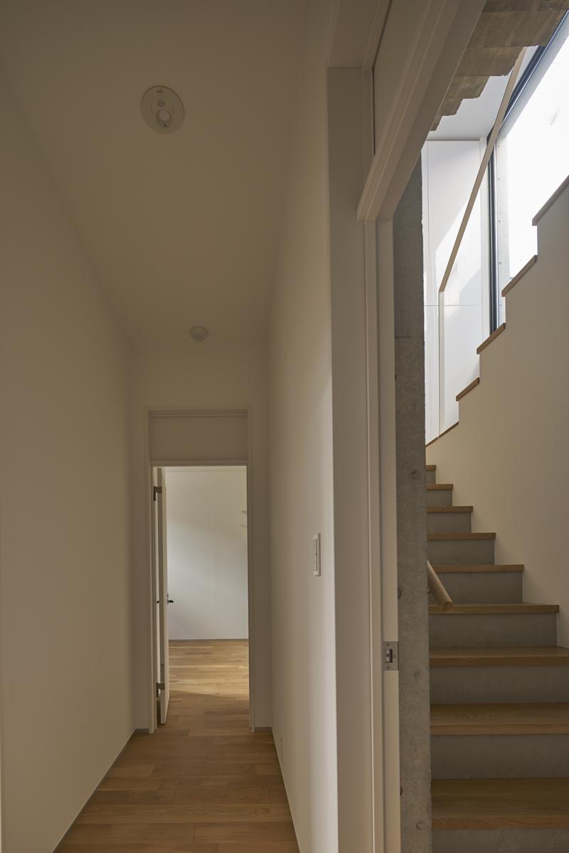コンクリート打ちっぱなしの家 自然光が照らす地階廊下