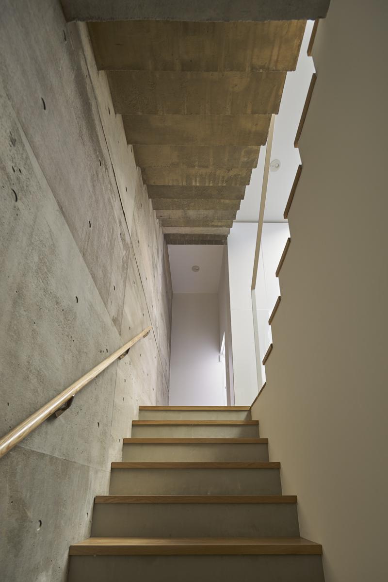 地階からエントランスへの見上げ