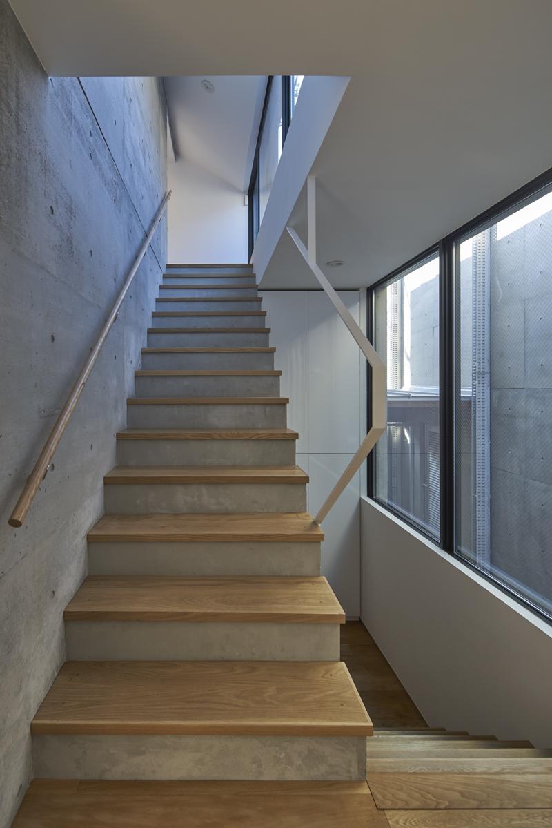 コンクリート打ちっぱなしの家 温度差換気・重力換気を促す階段室