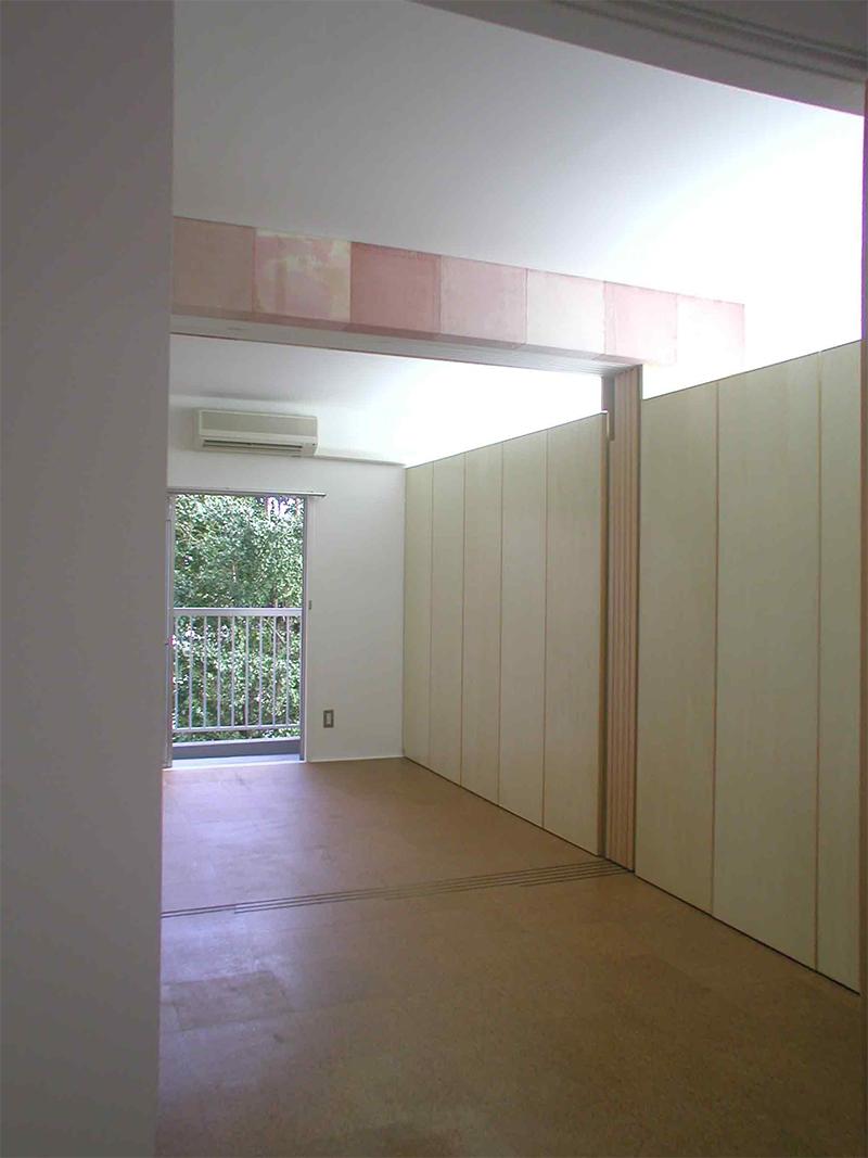 キッチンから居室を通してバルコニーへの眺め