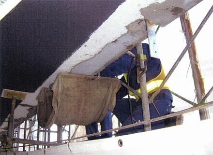 金属工事 各階廊下手摺 支柱取付状況