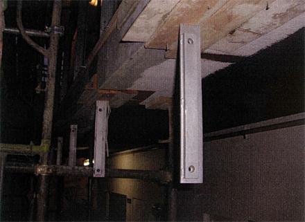 左官工事 廊下手摺支柱脚部 グラウトモルタル埋め 施工状況