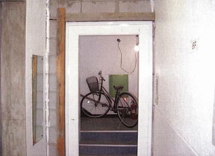 左官工事 階段室防火扉新設に伴う サッシモルタル埋め施工状況