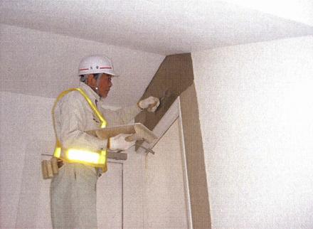 左官工事 階段室防火扉新設に伴う コンクリートブロック 薄塗り補修仕上げ施工状況