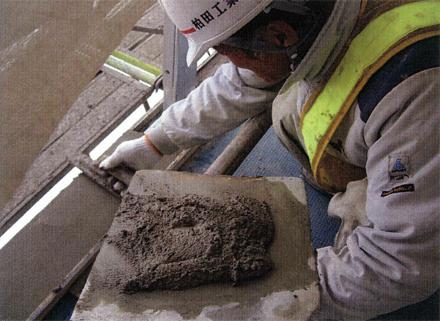 左官工事 廊下手摺支柱取付後 モルタル笠木仕上状況