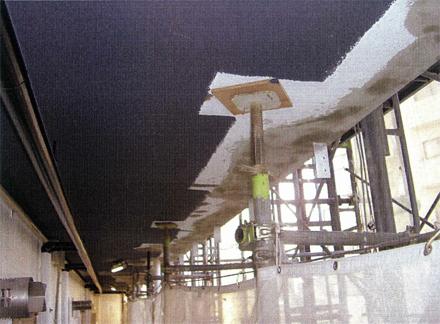 左官工事 廊下手摺支柱取付後 天井薄塗り仕上状況