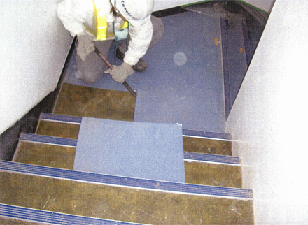 解体工事 階段室長尺シート剥し作業状況