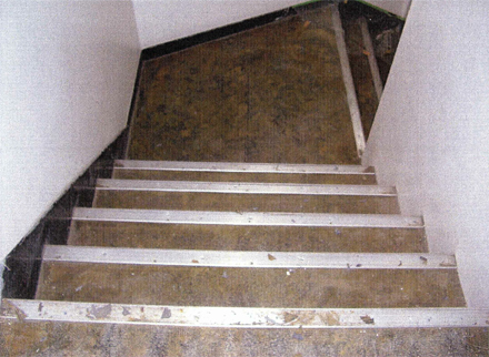 解体工事 階段室長尺シート剥し作業完了