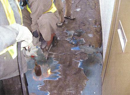 解体工事 各階廊下長尺シート剥し作業状況