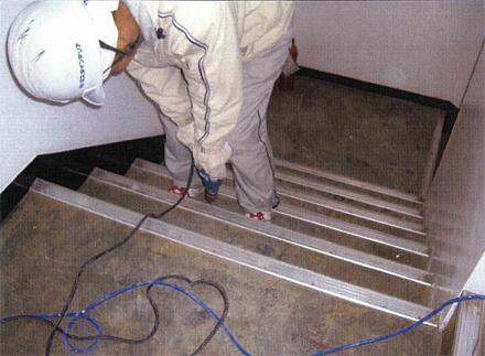 金属工事 既存ノンスリップ金物 補強ビス増し打ち施工状況