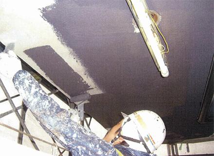 塗装工事 廊下天井塗装 ローラー塗り施工状況