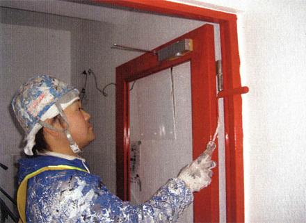 塗装工事 階段室防火扉 塗装状況