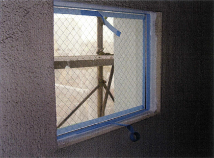 ガラス工事 階段室小窓ガラス入替シーリング施工状況