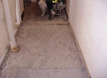 下地補修工事 廊下床 水勾配不陸部分ハツリ状況