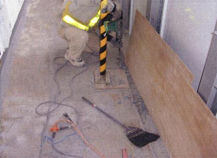 下地補修工事 廊下 床排水溝 水勾配不陸部分ハツリ状況