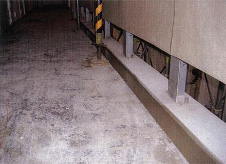 左官工事 廊下排水溝 不陸補修レベルモルタル施工状況