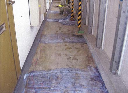 左官工事 廊下床不陸補修仕上げ 清掃後接着剤塗布状況