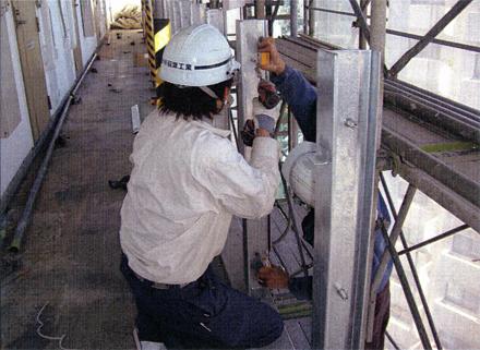 金属工事 各廊下手摺 パネル取付金物施工状況