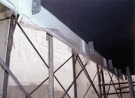 金属工事 各階廊下手摺 パネル取付(下がり壁部分)施工状況
